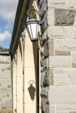 Singola lanterna montata su una parete del blocchetto della parete rocciosa, fuori del mausoleo al cimitero dello Sleepy Hollow,  immagine stock