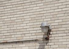 Singola luce su un muro di mattoni nudo Immagine Stock Libera da Diritti