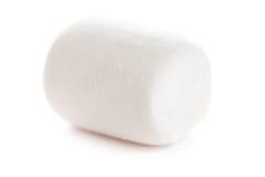 Singola macro bianca lanuginosa della caramella gommosa e molle sopra bianco fotografie stock