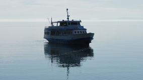 Singola nave di navigazione nel mare Fotografia Stock