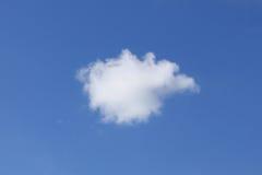 Singola nube di cumulo lanuginosa bianca Fotografia Stock Libera da Diritti