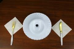 Singola oliva su un piatto Fotografie Stock Libere da Diritti