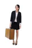 Singola ragazza di affari che tiene vecchio caso di viaggio Fotografia Stock Libera da Diritti
