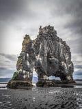 Singola roccia del basalto (pila) nel fiordo dell'Islanda Fotografia Stock