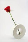 Singola Rosa rossa in vaso di ceramica Immagini Stock Libere da Diritti