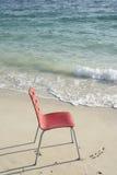 Singola sedia rossa alla spiaggia Fotografie Stock