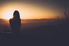Singola siluetta e tramonto della donna adulta Fotografia Stock Libera da Diritti