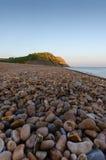 Singola spiaggia a Seatown, Dorset, Regno Unito al crepuscolo fotografia stock libera da diritti