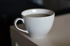 Singola tazza bianca di tè verde fotografie stock