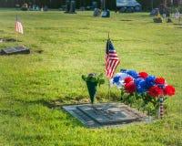 Singola tomba con la bandiera americana Immagini Stock