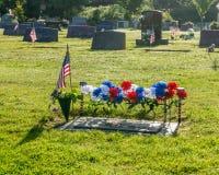 Singola tomba con la bandiera americana Fotografia Stock Libera da Diritti