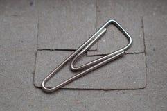 Singoli paperclips isolati sulla scatola fotografia stock
