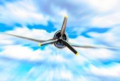 Singolo aereo di combattimento dell'elica contro cielo blu nel mosso fotografia stock libera da diritti
