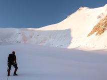 Singolo alpinista maschio al piede di un fronte del nord nelle alpi svizzere Fotografia Stock Libera da Diritti
