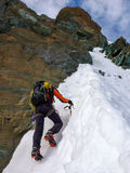 Singolo alpinista maschio che scala un fronte del nord ripido in Svizzera Fotografie Stock
