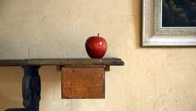 Singolo Apple sulla Tabella antica Immagine Stock