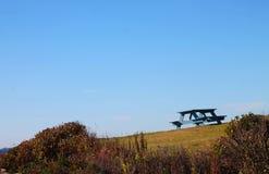 Singolo banco di picnic su una collina Fotografie Stock