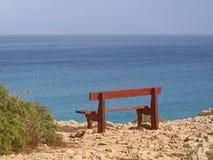 Singolo banco nel parco Cavo Greco in Ayia Napa, Cipro che trascura il mar Mediterraneo fotografie stock