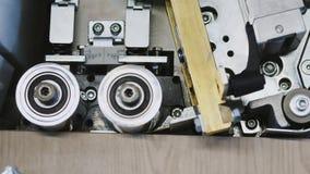 Singolo bander automatico parteggiato del bordo sulla fabbrica Primo piano archivi video
