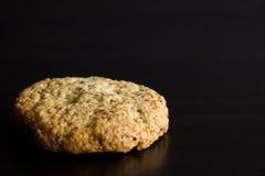 Singolo biscotto di farina d'avena, dessert sano, su fondo scuro copia immagini stock