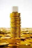 Singolo blocco in bianco sopra le monete di oro Fotografie Stock Libere da Diritti
