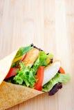 Singolo burrito del pollo sul bordo di legno con copyspace Immagine Stock Libera da Diritti