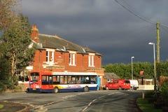 Singolo bus della piattaforma al pub esterno del villaggio di arresto. Fotografie Stock