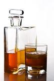 Singolo carafe di whisky e della bevanda scozzesi fotografia stock libera da diritti