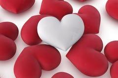 Singolo cuore bianco sui cuori rossi Fotografie Stock Libere da Diritti