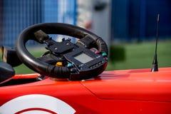 Singolo dettaglio del volante della vettura da corsa di formula del seater Fotografia Stock