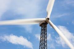 Singolo generatore eolico sopra cielo blu drammatico Fotografia Stock Libera da Diritti