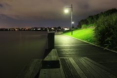 Singolo lampione alla notte Fotografia Stock Libera da Diritti
