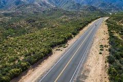 Singolo motociclo sulla strada principale del deserto Immagini Stock Libere da Diritti
