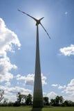 Singolo motore di energia eolica contro il sole Fotografia Stock Libera da Diritti