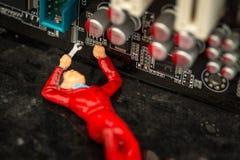 Singolo operaio tecnico che ripara un computer Fotografie Stock