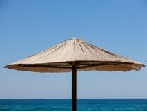 Singolo parasole fatto di paglia Fotografia Stock Libera da Diritti