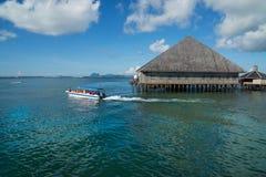 Singolo passaggio della barca attraverso il chalet Immagine Stock Libera da Diritti