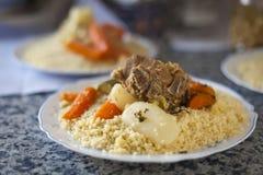 Singolo piatto di cuscus con manzo fotografia stock