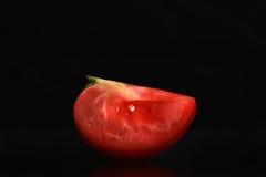Singolo pomodoro isolato su fondo nero Fotografie Stock