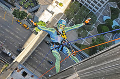 Singolo scalatore della corda che rappelling giù Bonaventure Hotel In Los Angeles Fotografia Stock