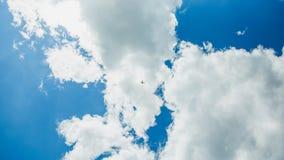 Singolo un aereo di sport in cielo blu con le nuvole Acrobazia acrobatici piana di manovra Budapest, Ungheria immagini stock libere da diritti