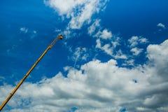 Singolo un piano di sport delle tracce acrobatiche del vapore del gruppo in cielo blu Fondo bianco piano delle piste delle tracce immagini stock