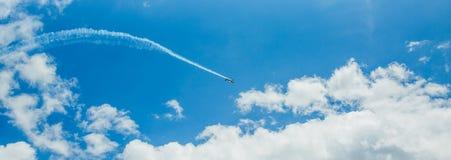 Singolo un piano di sport delle tracce acrobatiche del vapore del gruppo in cielo blu Fondo bianco piano delle piste delle tracce fotografie stock libere da diritti