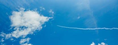 Singolo un piano di sport delle tracce acrobatiche del vapore del gruppo in cielo blu Fondo bianco piano delle piste delle tracce fotografia stock libera da diritti
