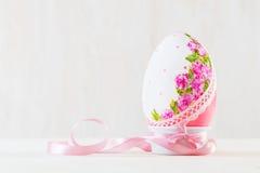 Singolo uovo di Pasqua sulla tavola di legno Arte di Decoupage Immagini Stock Libere da Diritti
