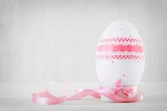Singolo uovo di Pasqua sulla tavola di legno Arte di Decoupage Fotografie Stock