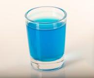 Singolo vetro delle kamikaze blu della bevanda, vetro spesso, primo piano, blu Immagine Stock