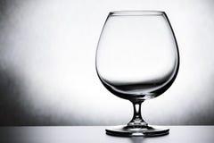 Singolo vetro di brandy vuoto su fondo bianco Fotografie Stock