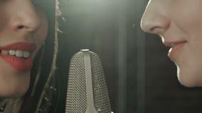 Singt schönes Mädchen zwei in ein Mikrofon im Café stock video footage
