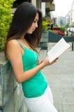 Singulet de port modèle de turquoise de jolie brune Images libres de droits